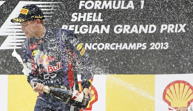 Vettel comemora vitória que deixa ele com vantagem de 46 pontos em relação a Alonso no Mundial - Foto: Agência Reuters