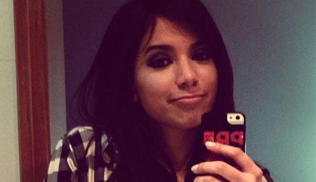 Anitta em foto com o seu celular, dias antes de ser roubada por um fã - Foto: Instagram / Reprodução