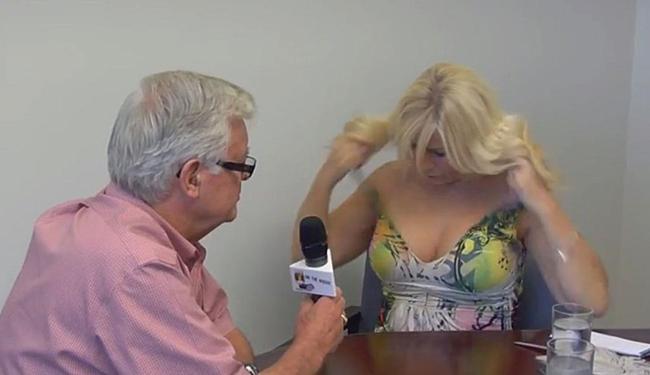 REPORTER FAZ TOPLESS DURANTE ENTREVISTA COM PREFEITO