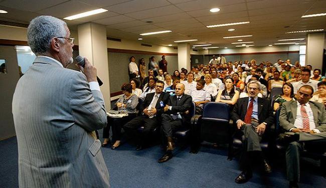 Jorge Solla, secretário da Saúde da Bahia, participou da apresentação do curso dos médicos escalados - Foto: Marco Aurélio Martins | Ag. A TARDE