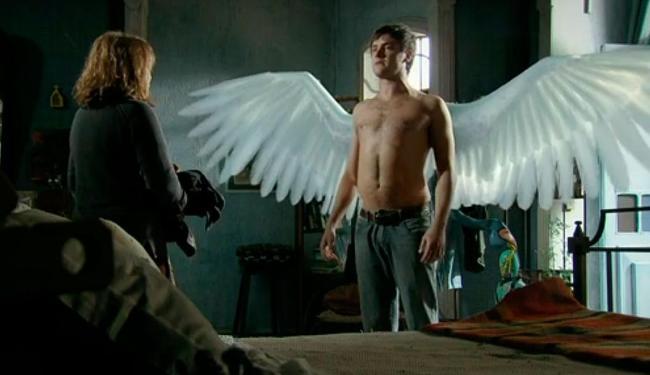 Depois de mostrar à mãe, Gibão decide revelar suas asas a Marcina - Foto: TV Globo | Reprodução