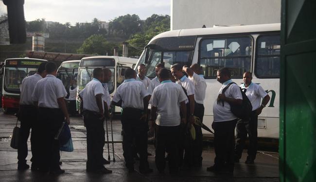 Rodoviários impedem a saída dos ônibus das garagens a partir das 4h - Foto: Edilson Lima | Ag. A TARDE
