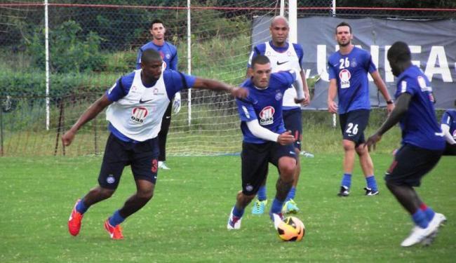 Sem poder contar com Titi, Cirstóvão aproveitou o treino para testar opções na defesa tricolor - Foto: Esporte Clube Bahia   Divulgação