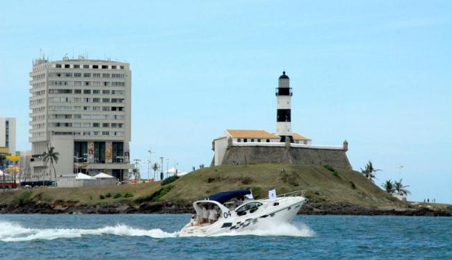 As embarcações fazem o passeio por pontos turísticos de Salvador, como em frente ao Farol da Barra - Foto: Divulgação