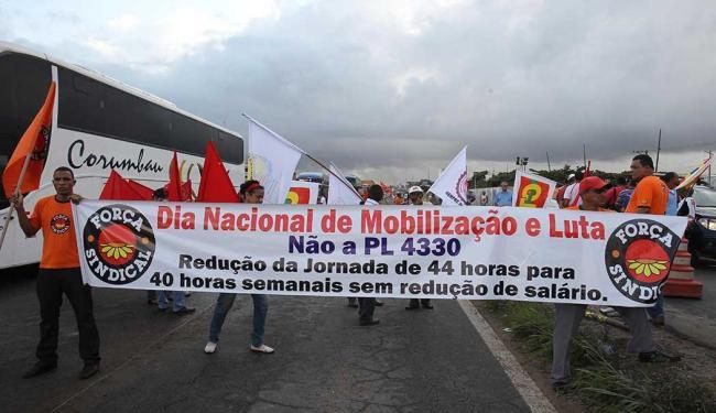 Centrais sindicais fecharam três rodovias que cortam a Bahia - Foto: Lúcio Távora | Ag. A TARDE