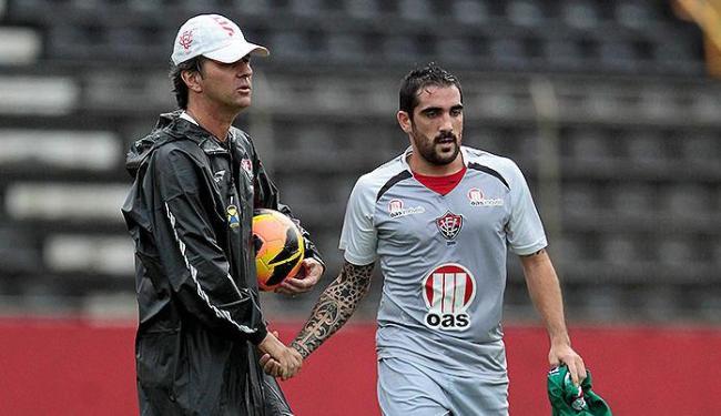 Nervoso, Escudero é contido pelo técnico Caio Júnior - Foto: Eduardo Martins | Ag. A TARDE