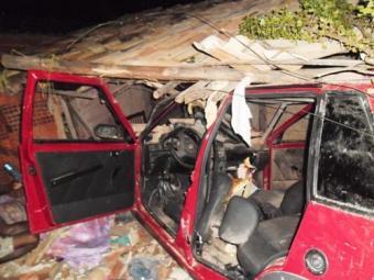 O carro invadiu uma casa no bairro Mangalô, em Alagoinhas - Foto: Reprodução | Carlos Alberto | Aragão Notícias