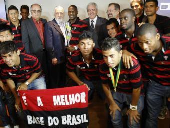 Governador Jaques Wagner posa com o time que conquistou o torneio em 2012 - Foto: Lúcio Távora   Ag. A TARDE