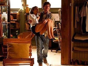 Sem saber de tudo que Amora aprontou, Bento carrega a amada no colo - Foto: TV Globo   Divulgação