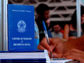 Mínimo atual é de 678,00 e para 2014, governo calcula que será R$ 722,00 - Foto: Marcello Casal Jr | Agência Brasil