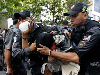 Polícia prende manifestante após invasão de área de desfile - Foto: Ag. Reuters