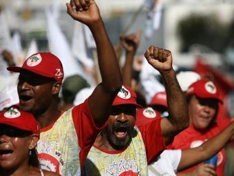 Integrantes do Movimento dos Sem-Terra exigem Reforma Agrária - Foto: Raul Spinassé   Ag. A TARDE