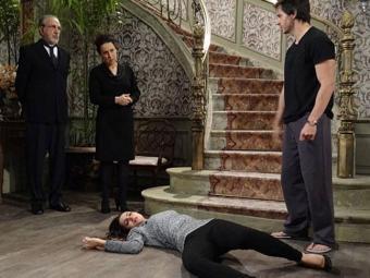 Enquanto a vilã está descendo as escadas da casa ela se depara com um vestido de noiva igual ao de N - Foto: TV Globo | Divulgação