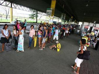 Na Estação Pirajá, os usuários amargam a espera de ônibus de várias linhas - Foto: Fernando Amorim l Ag. A TARDE