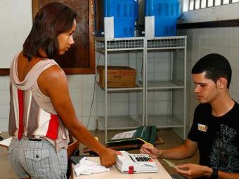 A identificação digital do eleitor reduz a possibilidade de fraudes durante a votação - Foto: Gildo Lima | Ag. A TARDE | 31.10.2010