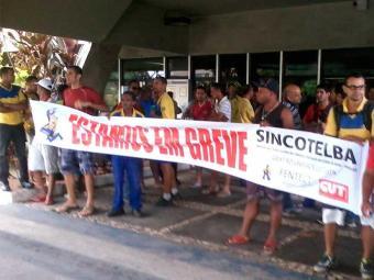 Funcionários iniciaram greve por tempo indeterminado nesta quarta - Foto: Ricardo Belens | Ag. A TARDE
