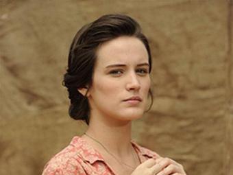 Amélia recebe uma falsa carta assinada por Franz terminando seu relacionamento. - Foto: TV Globo | Divulgação