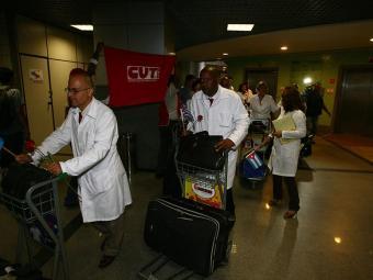 Chegada dos cubanos a Salvador para o programa Mais Médicos - Foto: Fernando Amorim | Ag. A TARDE