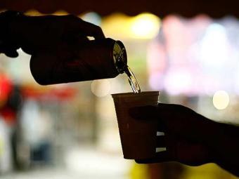 Consumo abusivo de álcool vem aumentando entre os mais jovens e mulheres - Foto: Fernando Vivas | Ag. A TARDE