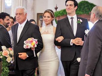 Depois de disputarem sobre quem levaria a noiva, Paloma aceita entrar na Igreja com o pai e o irmão - Foto: TV Globo | Divulgação