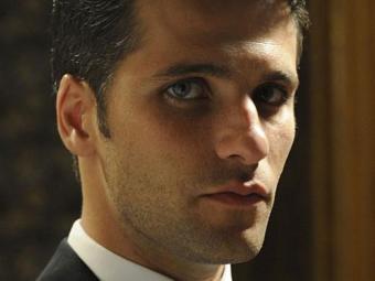 Franz é rejeitado pelos funcionários que acreditam que ele é um espião - Foto: TV Globo   Divulgação