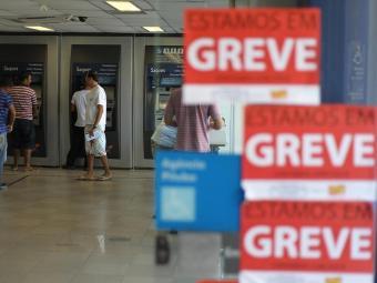 Bancários reivindicam reajuste salarial de 11,93% - Foto: Raul Spinassé   Ag. A TARDE