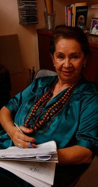 A autora baiana Gláucia Lemos usa o espelho como portal no livro - Foto: Marco Aurélio Martins | Ag. A TARDE