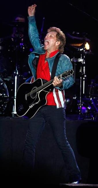 Jon Bon Jovi fechou a noite em que o rock deixou de ter atitude para mandar flores - Foto: Pilar Olivares | Agência Reuters