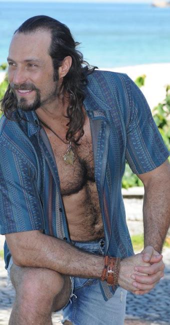 Um dos descamisados da vez, Fernando Pavão vive o hippie Carlão na trama - Foto: Michel Angelo | Divulgação