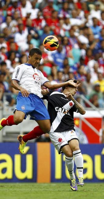 Raul disputa bola no alto, em jogo disputado - Foto: Eduardo Martins | Ag. A TARDE