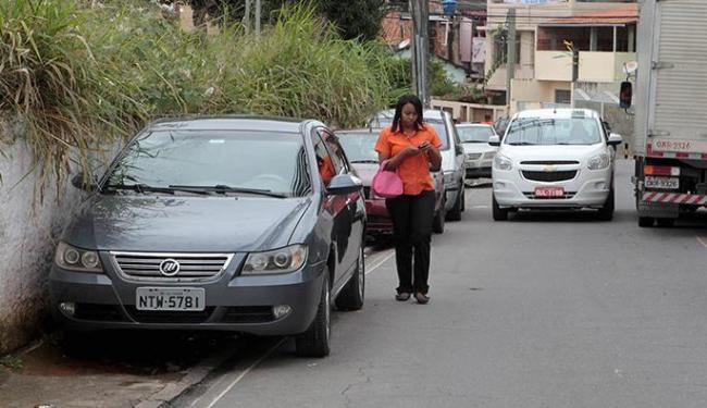 Veículos que utilizam a calçada para estacionar prejudicam o tráfego de pedestres - Foto: Eduardo Martins | Ag. A TARDE