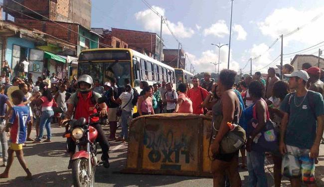 Moradores reclamam do serviço de transporte público no Lobato - Foto: Edilson Lima | Ag. A TARDE
