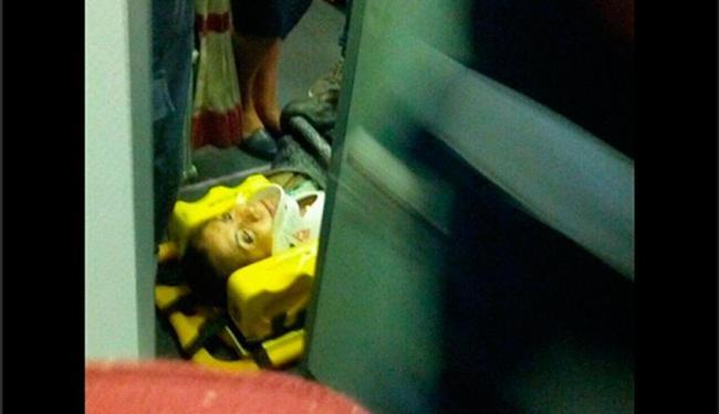 Em imagem divulgada no Twitter, passageira ferida é colocada em maca nesta segunda - Foto: Reprodução | Ricardo Pontes | Twitter