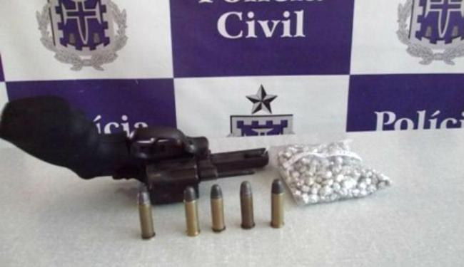 Segundo a polícia, a droga e a arma estavam em uma mochila - Foto: Divulgação   Polícia Civil