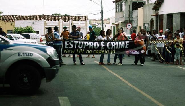 Manifestantes próximos ao Fórum Edgar Mendes de Quintela, em Rui Barbosa - Foto: Luiz Tito | Ag. A TARDE