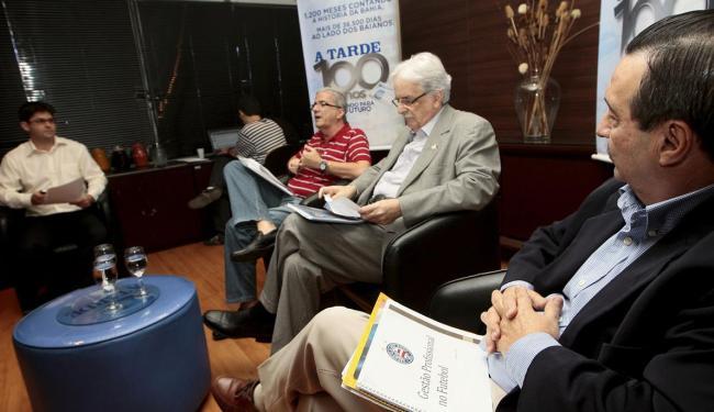 Cordeiro, Schmidt e Tillemont participam do debate mediado pelo editor Marcelo Machado - Foto: Mila Cordeiro | Ag. A TARDE
