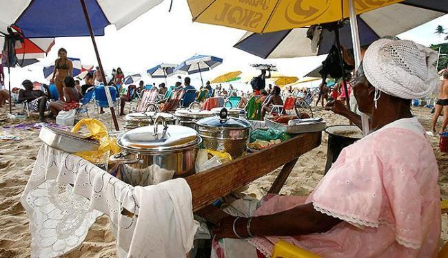 Associação diz que, de S. Tomé ao Farol, há 550 baianas, mas prefeitura só quer liberar 80 quiosques - Foto: Erik Salles | Ag. A TARDE