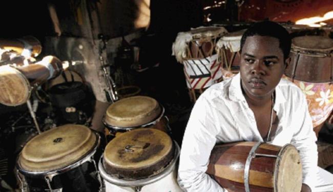O percussionista Kainã do Jêje - Foto: Raul Spinassé / Ag. A TARDE