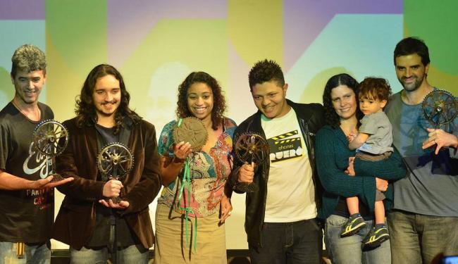 Ceci Alves(centro) recebe o prêmio em Muqui, no Espírito Santo - Foto: Divulgacao | Fecim