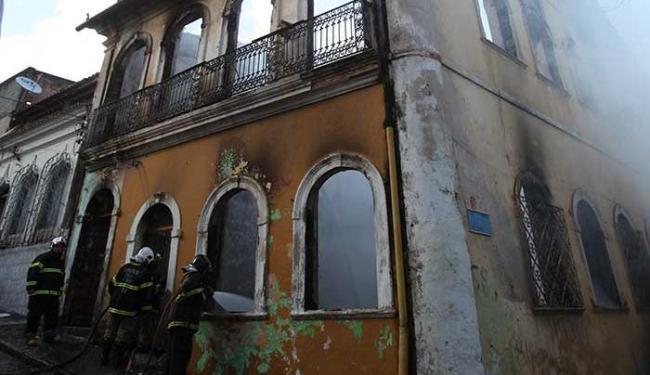Diversas famílias moravam em casarão que pegou fogo - Foto: Edilson Lima | Ag. A TARDE