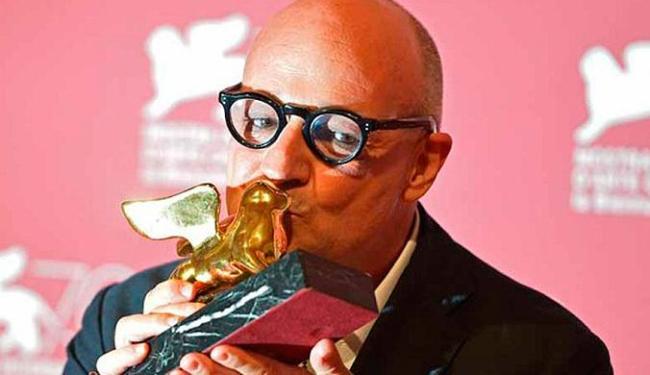 Gianfranco Rosi, diretor de Sacro GRA, beija o Leão de Ouro - Foto: Agência Reuters