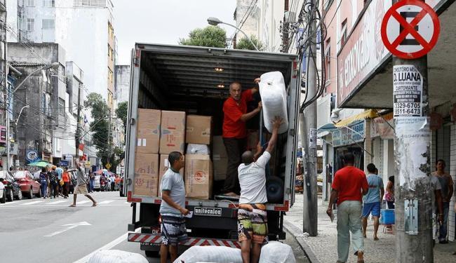 Flagrante: descarga ocorre em pleno horário comercial nas Mercês, Av. 7 de Setembro - Foto: Marco Aurélio Martins | Ag. A TARDE