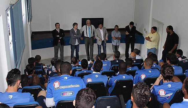 Presidente Schmidt (terceiro à esquerda) em encontro com o elenco - Foto: Divulgação l Esporte Clube Bahia