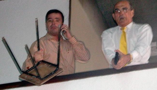 Subsecretário Ari Pereira foi fotografado por manifestante com a arma em punho - Foto: Reprodução   Sálvio Oliveira   MST