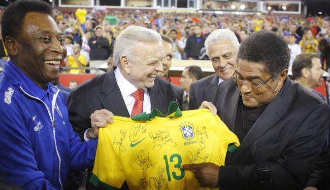 Pelé e Eusébio foram homenageados no gramado como representantes históricos das duas equipes - Foto: Brian Snyder / Agência Reuters