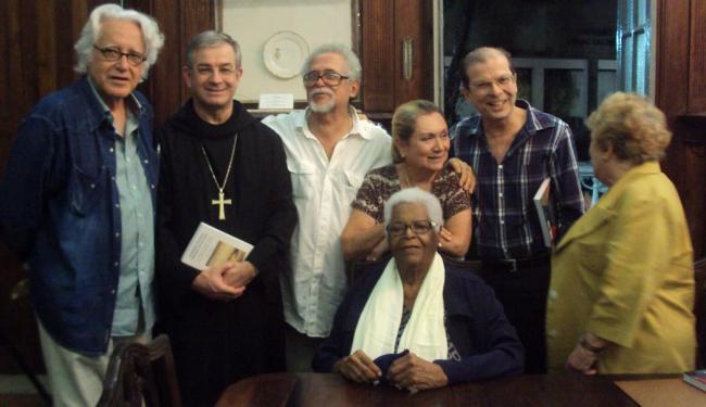 Maria Stella sentada, no dia da eleição, ao lado de escritores e literatos - Foto: Divulgação | ALB