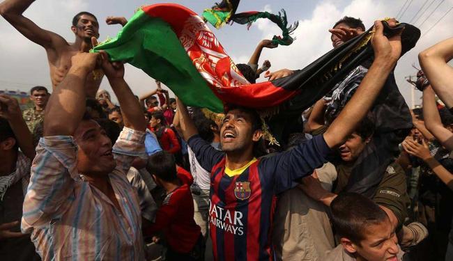 Afeganistão bateu a Índia por 2 a 0 na final e levantou sua primeira taça de futebol - Foto: Omar Sobhani   Ag. Reuters