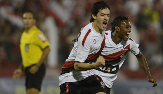 O volante paraguaio Cáceres comemora um dos dois gols marcados no empate em 2 a 2 com o Inter - Foto: EDU ANDRADE/ESTADÃO CONTEÚDO