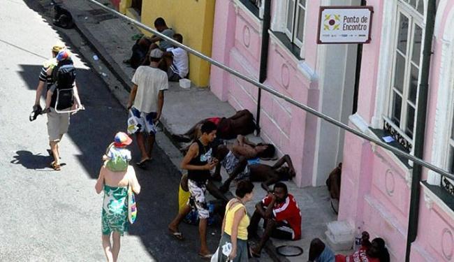 Na calçada, pessoas atendidas pelo serviço (prédio rosa), na rua Direita do Santo Antônio - Foto: Lúcia Correia Lima l Divulgação