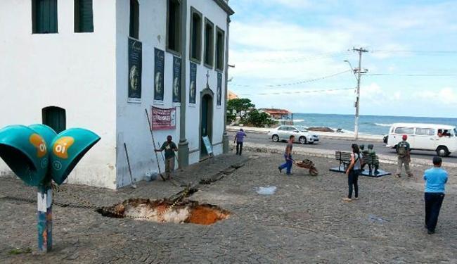 Rompimento de tubulação abriu cratera em frente à igreja de Santana - Foto: Biaggio Talento   Ag. A TARDE